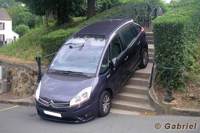 Une voiture dans les escaliers