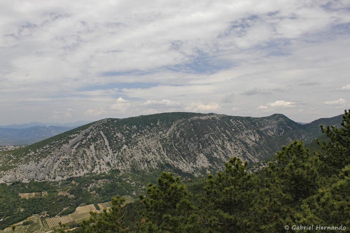 Panorama, d'un belvédère, situé sur la route menant vers le Sommet du Mont Ventoux, à partir de la commune de Malaulcène