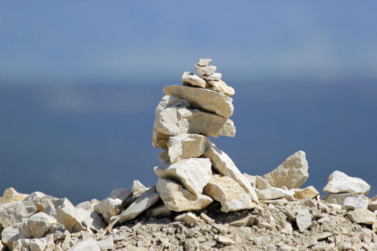 """Petit empilement de pierres en équilibre, appelé """"Stone balancing"""", au sommet du Ventoux"""