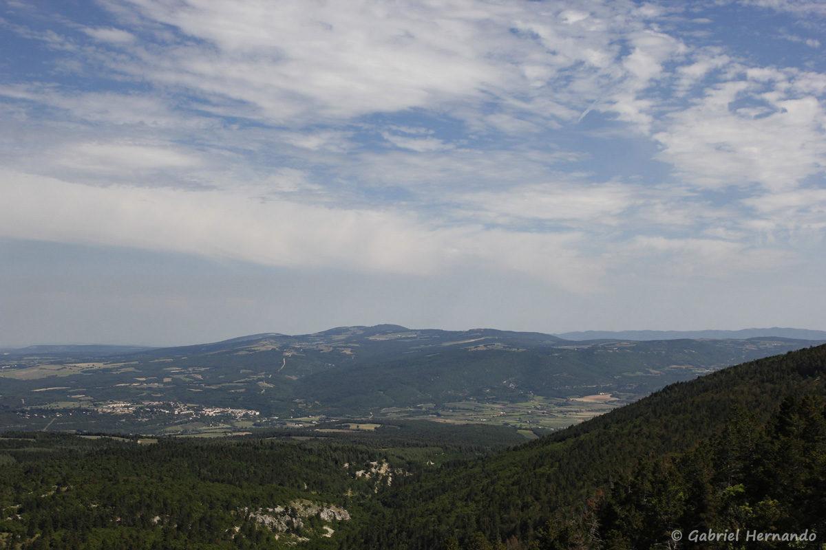 Panorama de la Font Margot, en redescendant du Mont Ventoux, en direction de Sault. Au centre, la Montagne de Lagarde, avec au pied de celle-ci, sur la gauche, la commune de Sault. en arrière plan, à droite, le Petit Lubéron.