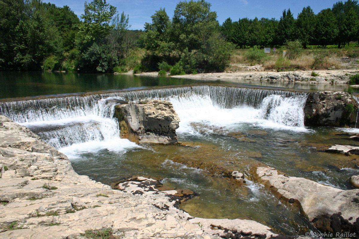 Le seuil, est le point de départ des cascades du Sautadet. Il a été aménagé afin d'alimenter un moulin situé sur la rive gauche de la Cèze, dont une partie a été emportée lors de la crue de 2002.