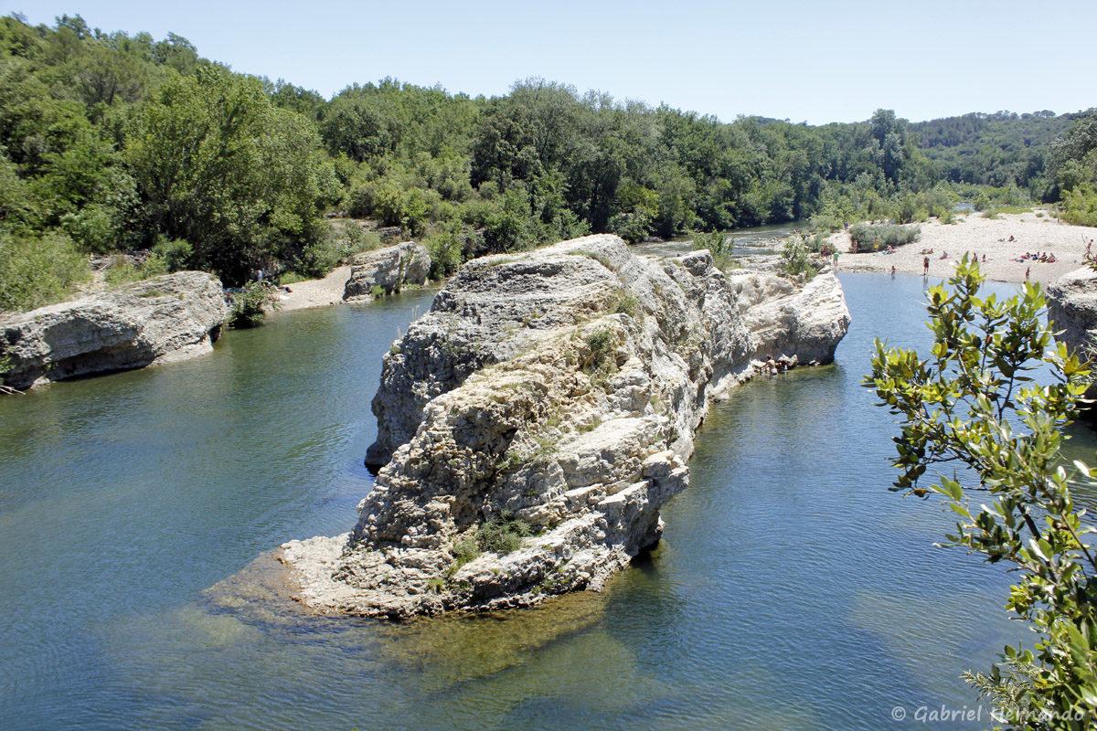 Sortie du canyon, en aval des cascades du Sautadet, avec la Cèze qui reprend son cours normal
