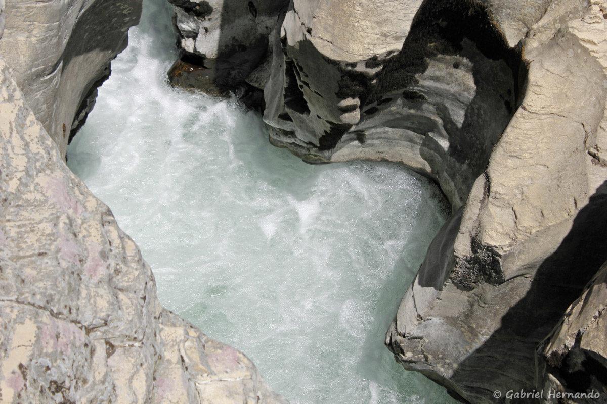 Marmite du diable, creusée par la Cèze, au niveau des cascades du Sautadet