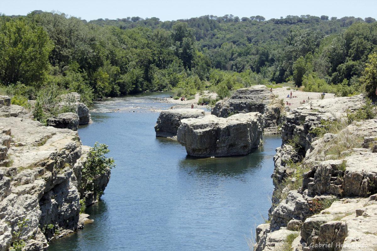Le canyon, creusé par la Cèze, en aval des cascades du Sautadet, avant que la rivière ne reprenne son cours normal.