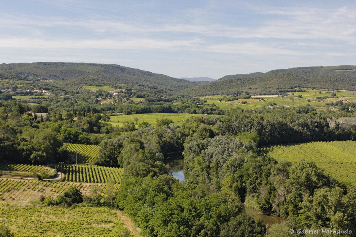 Panorama de la Roque-Sur-Cèze, avec vue sur la Cèze, au pied du village et en arrière plan, au centre, les monts d'Ardèche.