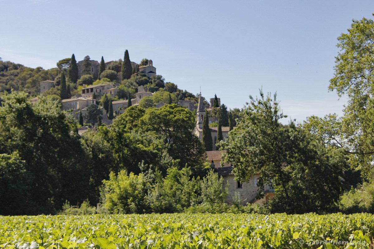 Vue de la Roque-sur-Cèze, petit village situé au nord du département du Gard, dans la vallée de la Cèze. La Roque-Sur-Cèze, perché sur un piton rocheux, est classé à l'inventaire des « Sites de France ».