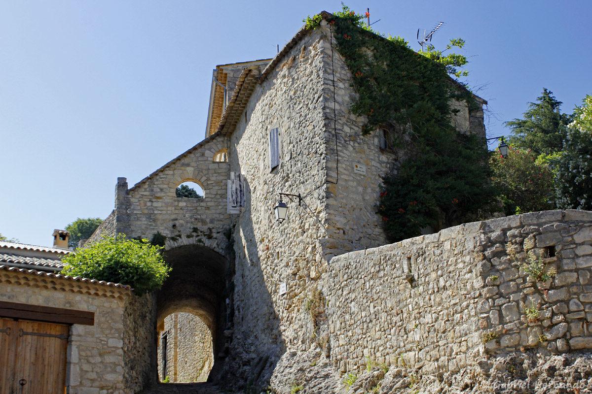 Maison et ruelle à la Roque-Sur-Cèze