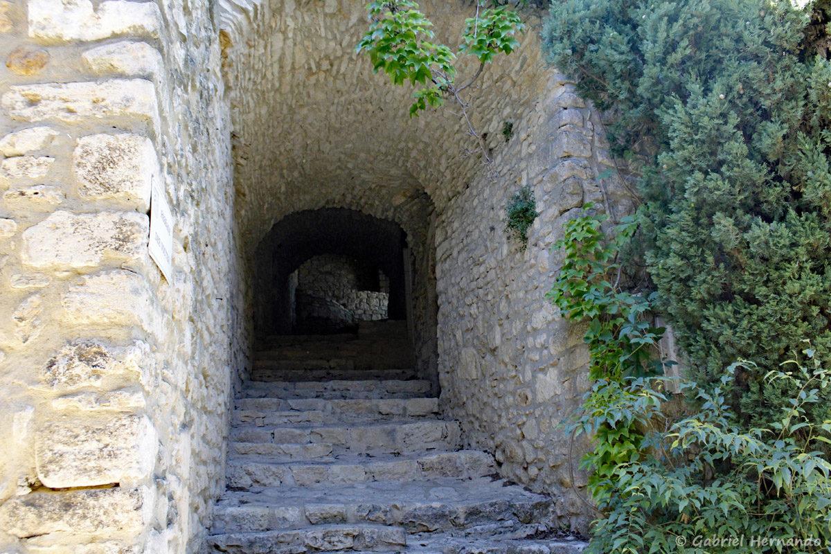 Le passage des voutes, à la Roque-Sur-Cèze, est une sente permettant de circuler sous des habitations.