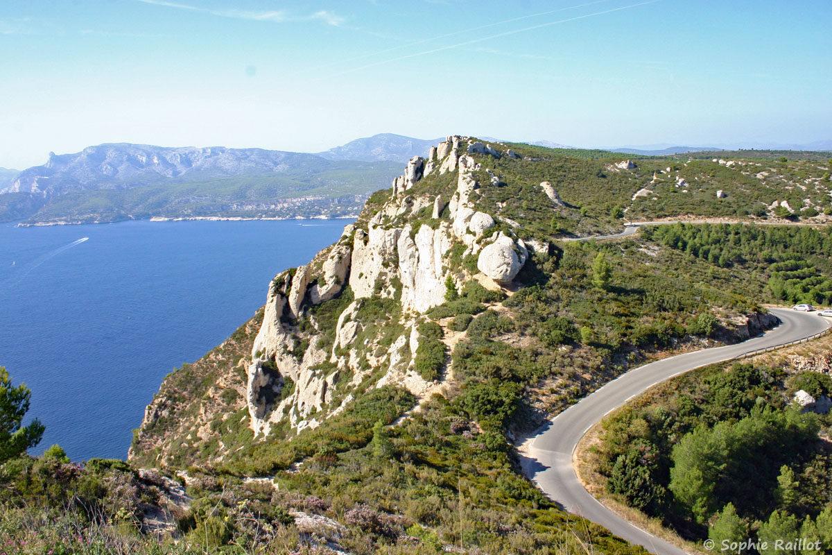 La route des Crêtes qui serpente sur les falaises, avec en arrière plan, la baie de Cassis