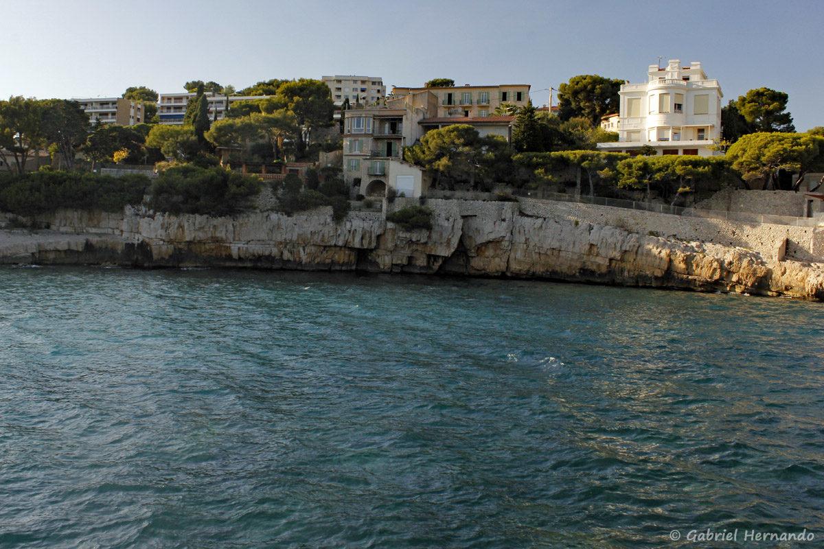 Habitations sur la falaises de l'anse de la Grande Mer, à la sortie du port