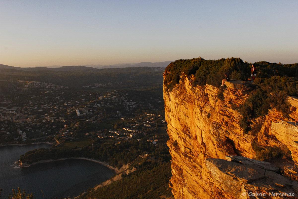 Cassis vue des falaises Soubeyranes, éclairé par le soleil couchant