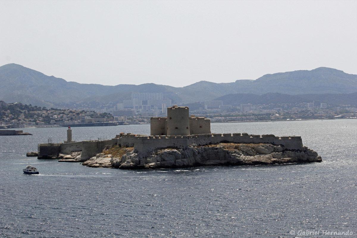 Vue sur la château d'If, avec Marseille en arrière plan