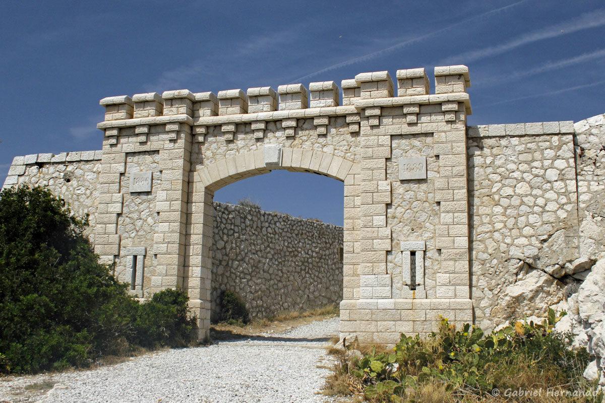 Porte du Fort de Ratonneau, dont la construction a débuté en 1886.