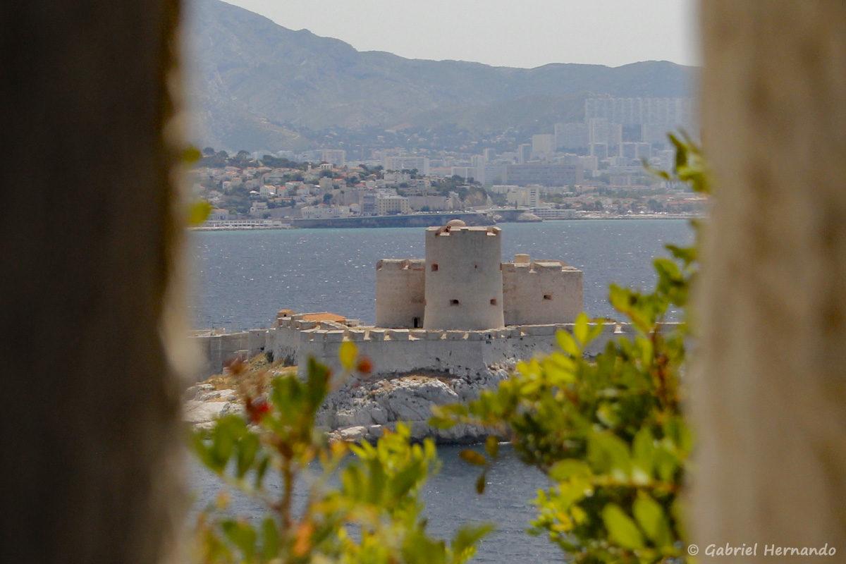 Vue sur la château d'If, au travers d'une meurtrière du fort.