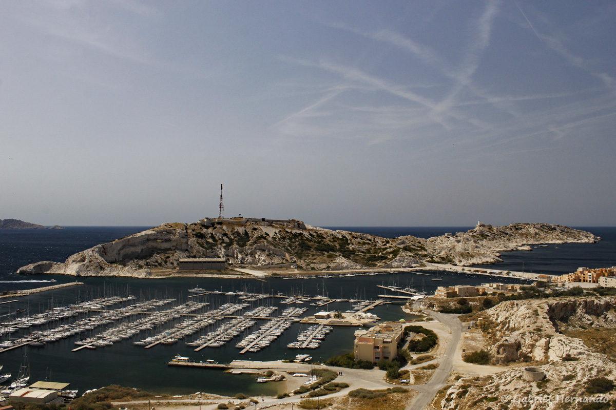 Port du Frioul, sur l'île Ratonneau, avec l'île Pomègues en arrière plan