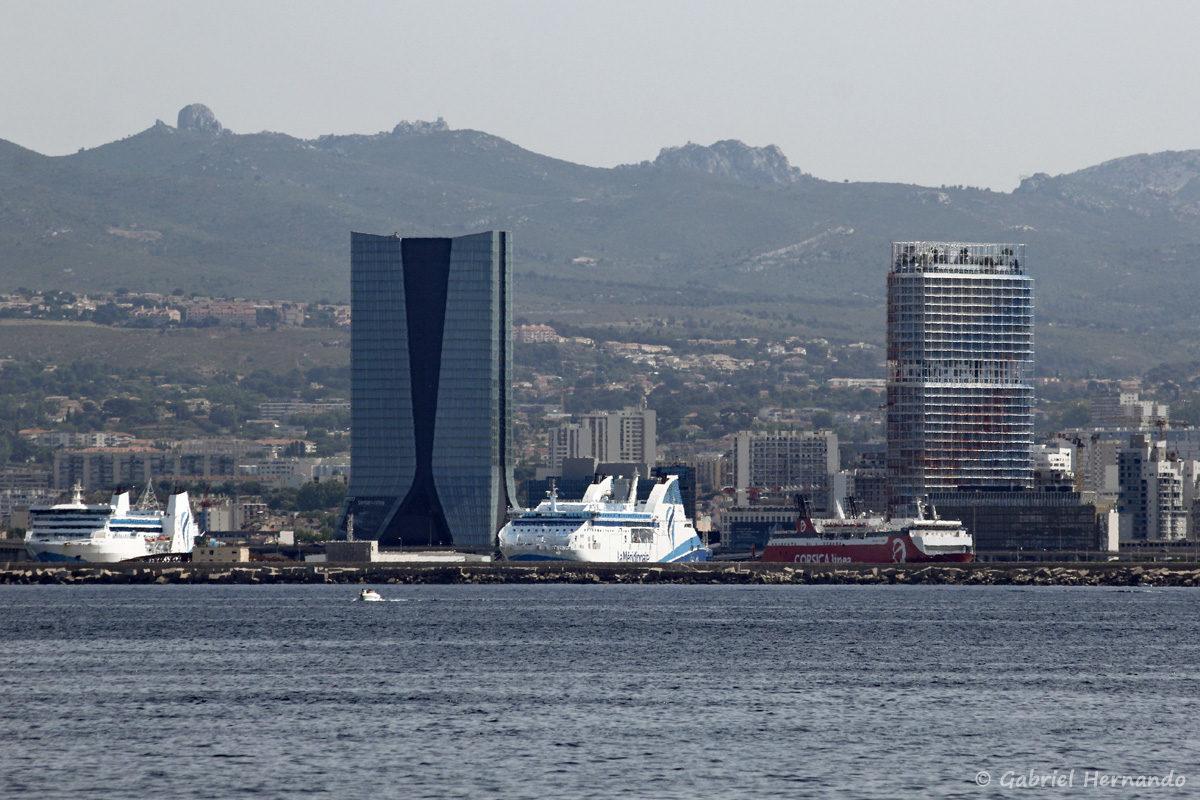 Les buildings CMA-CGM et la La Marseillaise, avec ses 30 nuances de bleu-blanc-rouge, signée Jean Nouvel