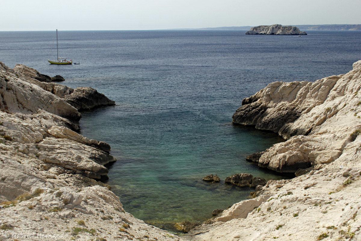 Calanque de Pousterlo, à l'ouest de l'île Pomégues, avec en arrière plan, l'îlot Tiboulen