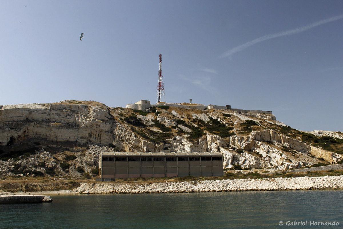Fort de Pomègues et son antenne, surplombant un ancien hangar construit pour abriter les filets anti-sous-marins