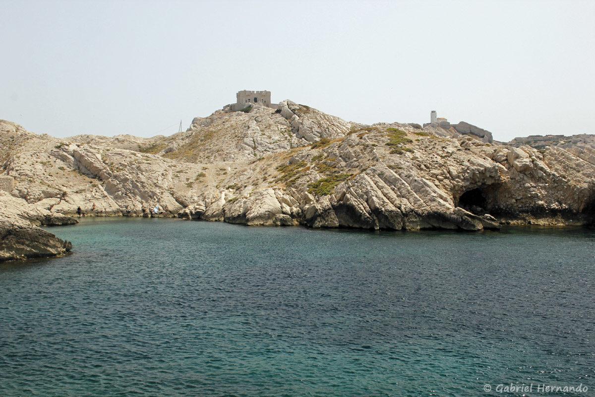 Calanque située entre la calanque Cap Frioul et la calanque Pousterlo, avec la Tour Pomeguet