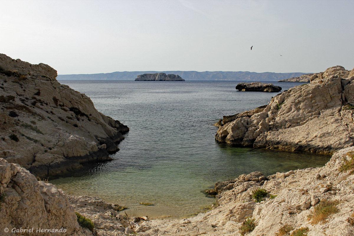 Calanque de Flacandou, à l'ouest de l'île Pomégues, avec en arrière plan, l'îlot Tiboulen et sur la droite, le petit îlot  Gros Estéou.