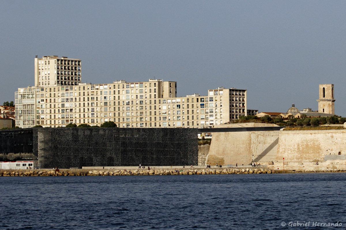 Le Mucem, musée des Civilisations de l'Europe et de la Méditerranée, avec sa passerelle communiquant avec le fort Saint-Jean.