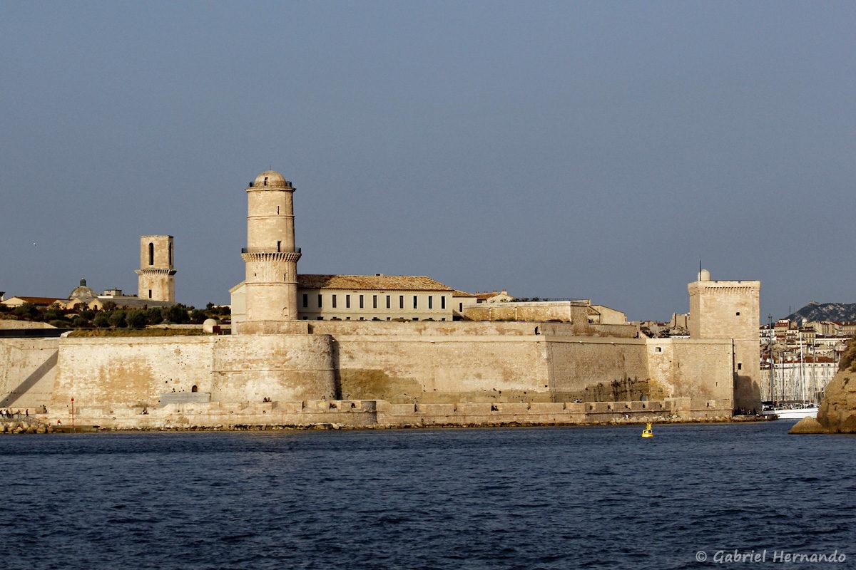 Le Fort Saint-Jean (XII ème siècle), avec sa tour carrée, qui garde l'entrée du Vieux Port
