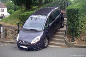 Voiture en bas des escaliers (Les Granges Le Roi, juillet 2011)