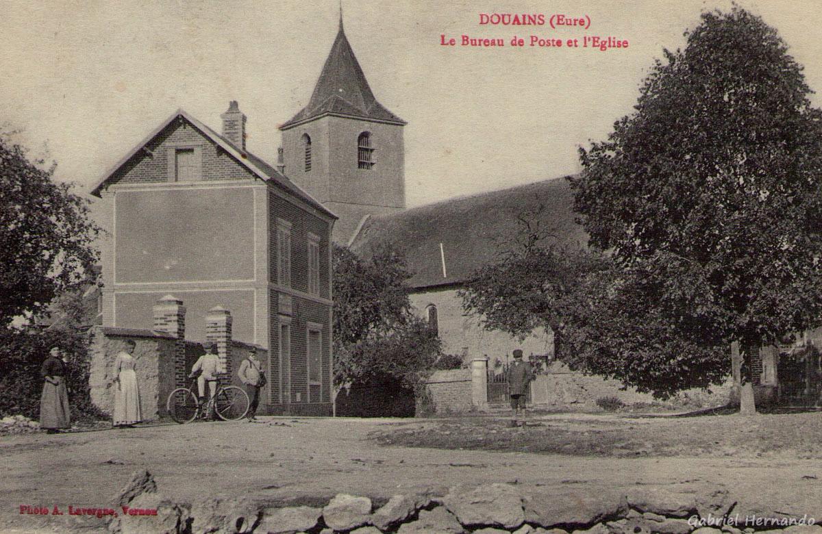 Douains, 1918 - Le bureau de Poste et l'Eglise