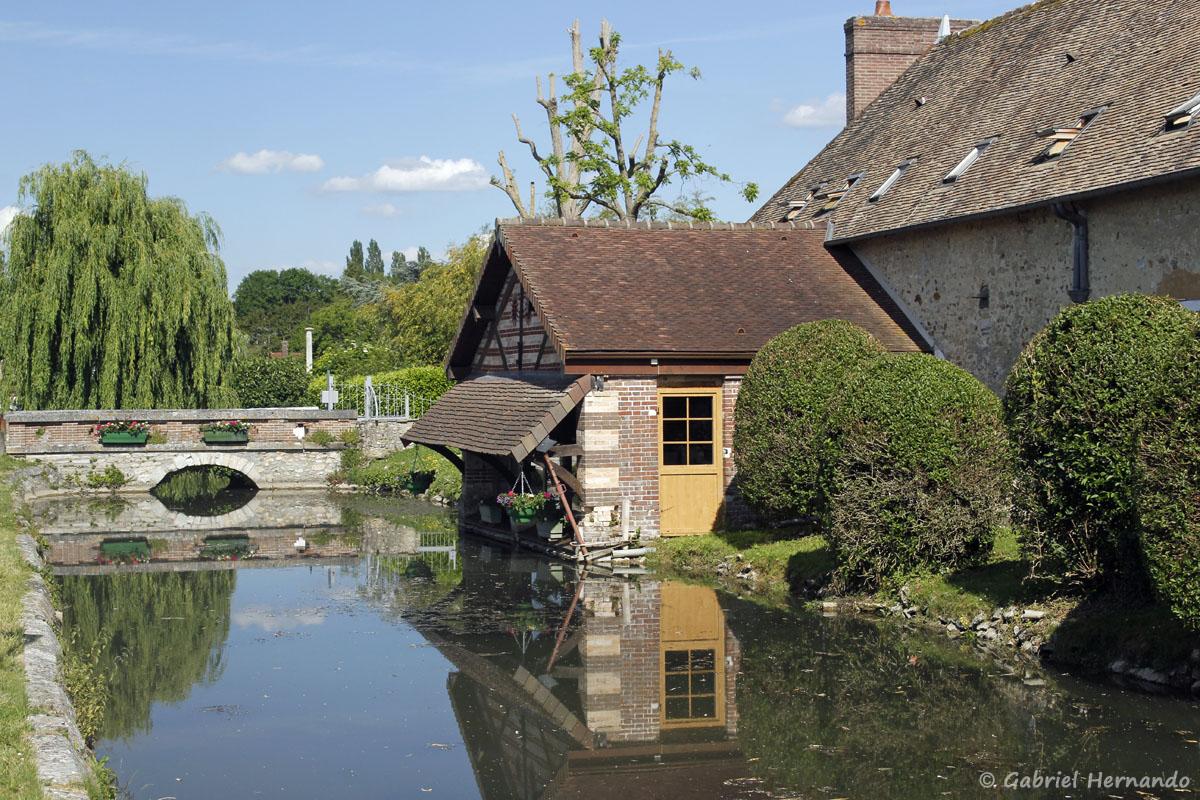 Ancien lavoir du château, sur le bras de l'Eure longeant la route de Ménilles.