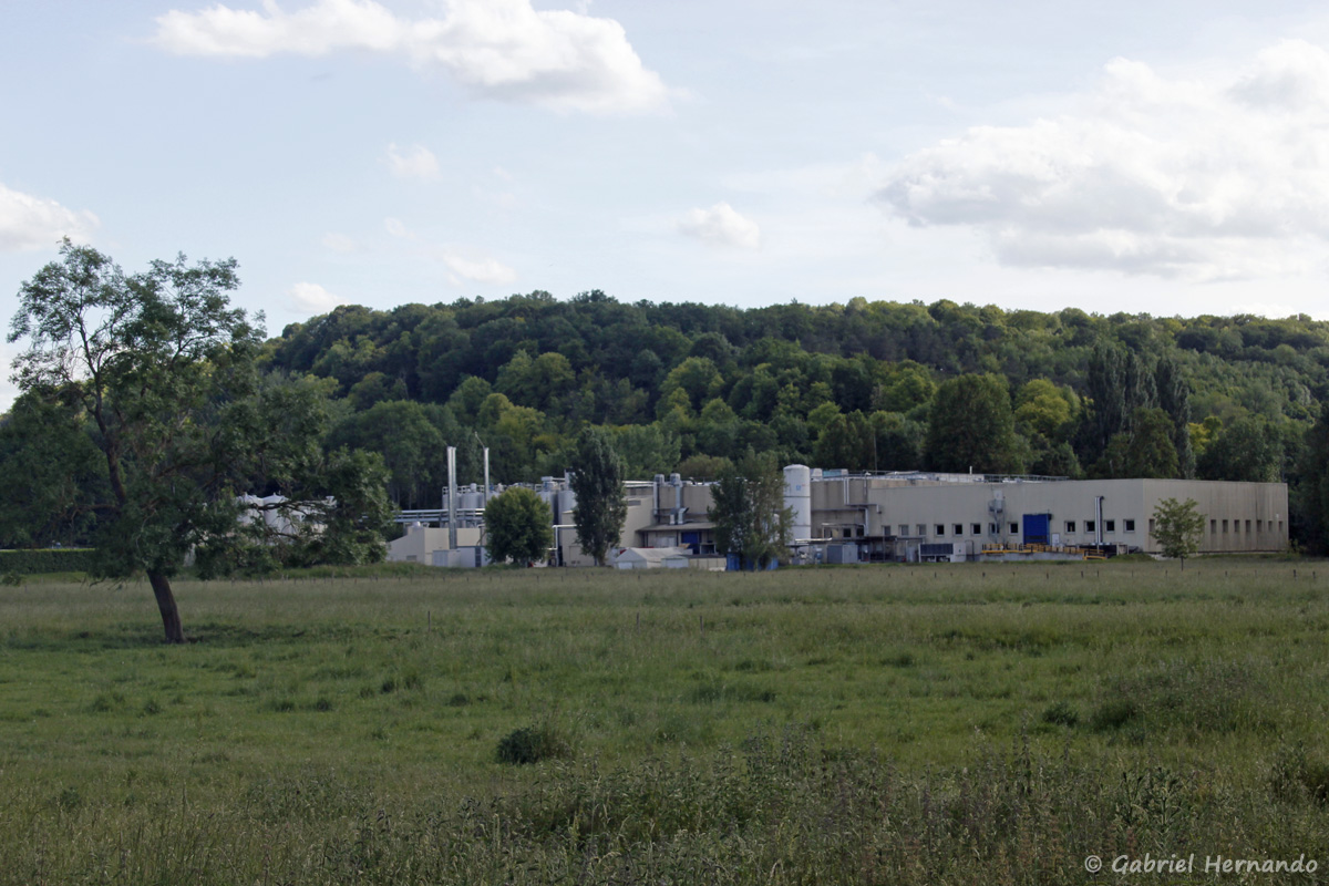 L'usine Boursin, vue du chemin des Vieilles Patures
