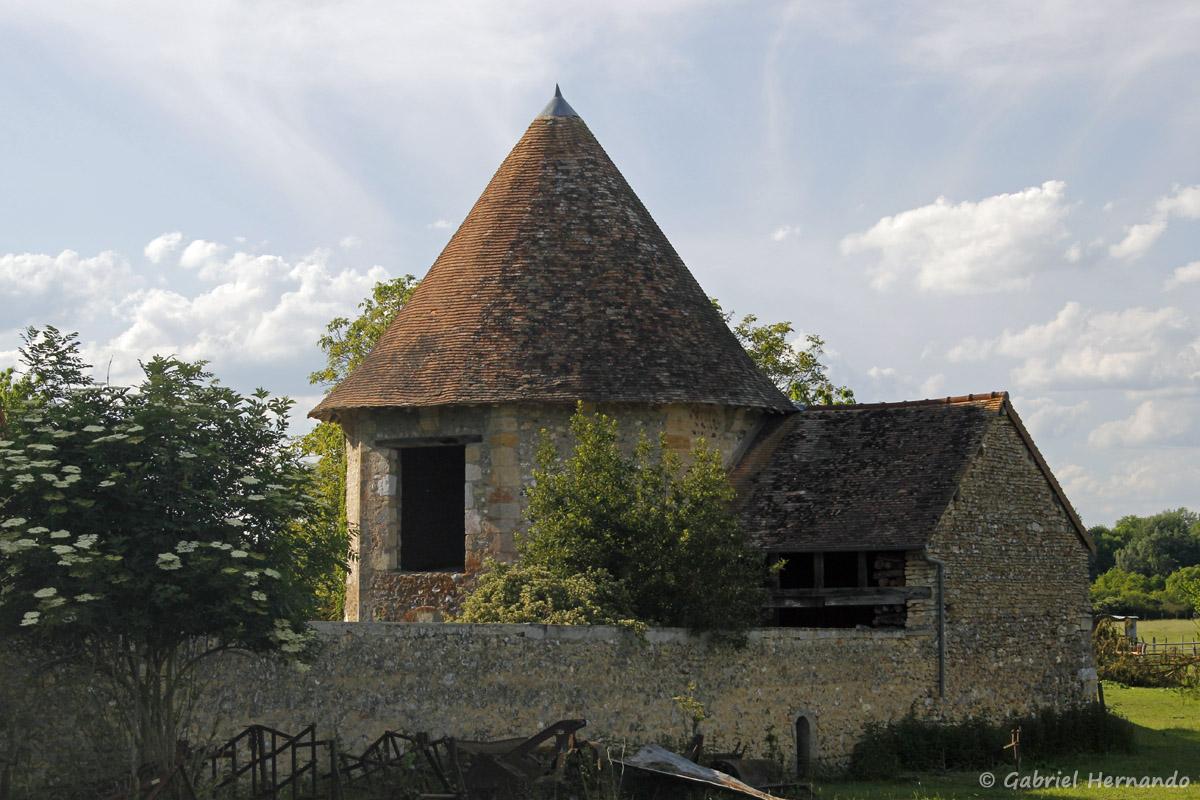 Tour ancienne à l'entrée du village