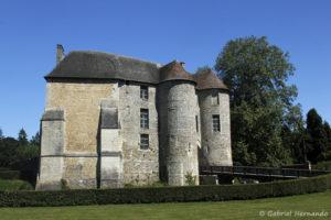 Le châtelet et sa façade médiévale, avec à gauche, le donjon du 12 ème siècle, de style roman