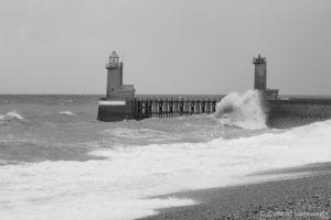 Mer agitée à Fécamp, en noir et blanc (octobre 2017)