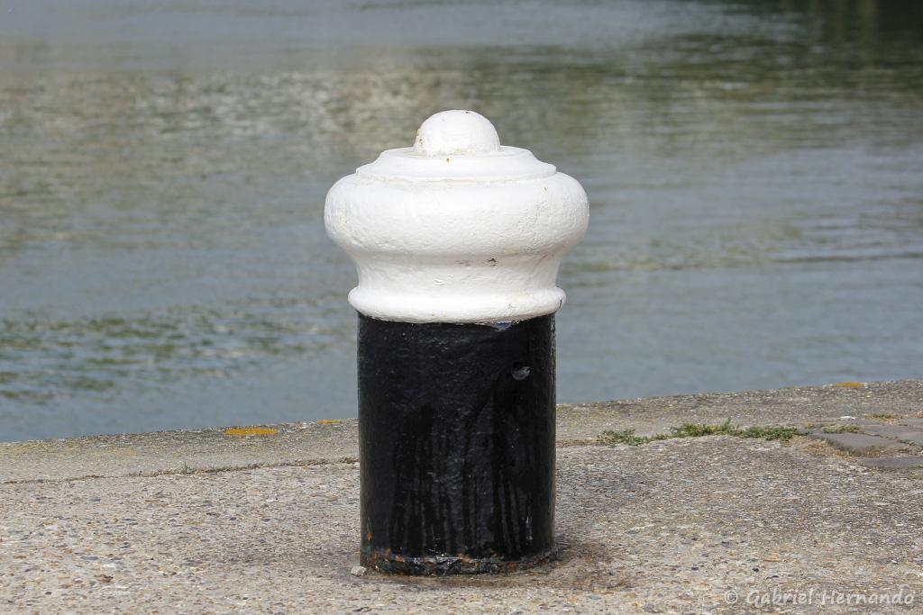 Bollard, borne d'amarrage, sur le port de Fécamp (août 2020)