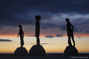 """""""L'heure du bain"""", œuvre de Dominique DENRY avec le coucher de soleil (Fécamp, août 2020)"""