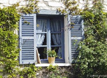 Jolie fenêtre d'une maison de Giverny, photographiée en mai 2018