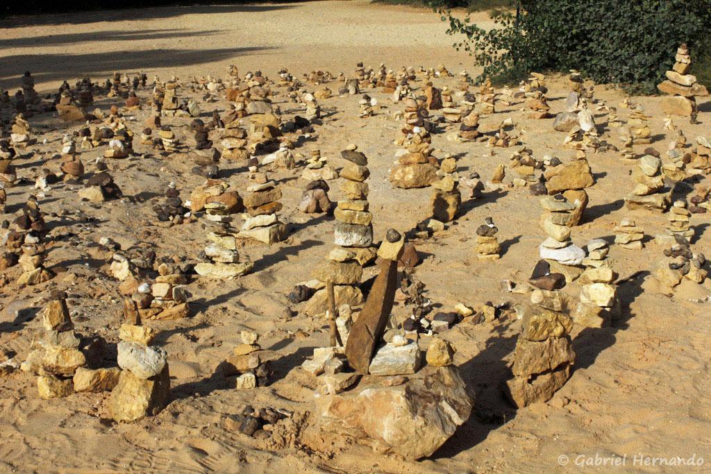 Champs de Stone stacking (empilement de pierres), dans le Colorado de Rustrel