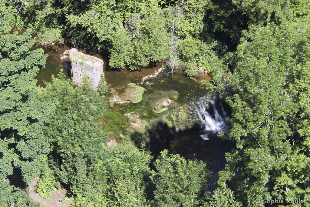 Cascade du Gourg d'Enfer, vue de la place de la Mairie (Bozouls, Aveyron, juillet 2021)