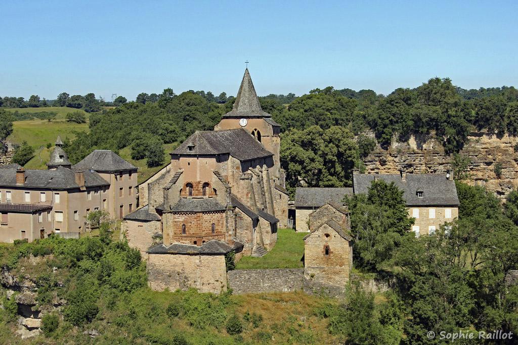 Eglise romane Sainte-Fauste, vue de la place de la Mairie (Bozouls, Aveyron, juillet 2021)