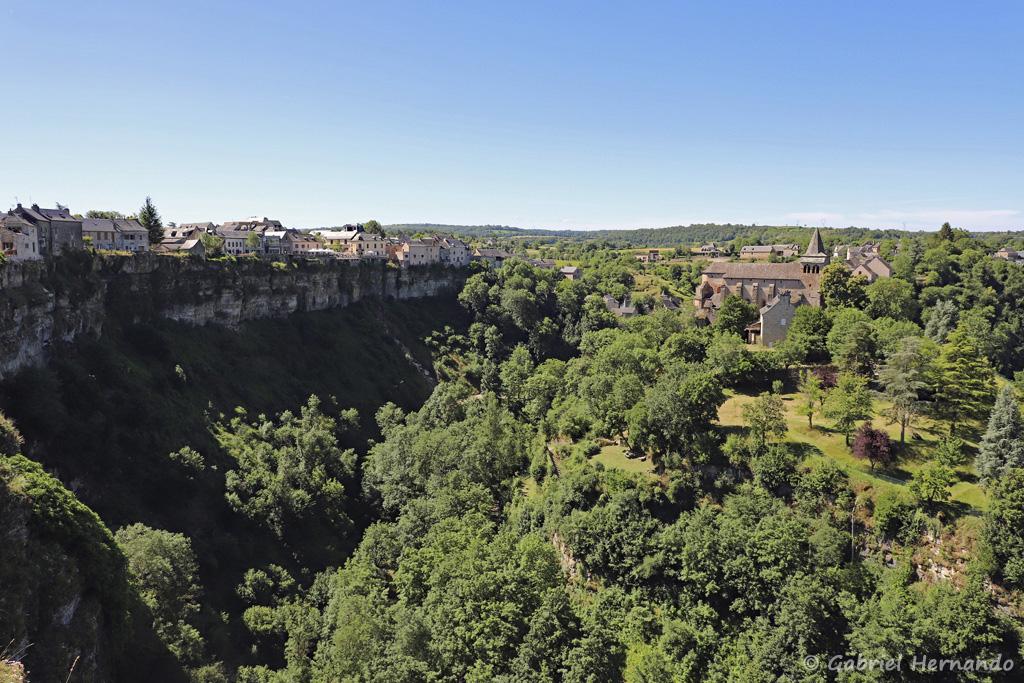 Le Trou de Bozouls et son éperon rocheux, vu de l'extrémité de la rue du Trou (Bozouls, Aveyron, juillet 2021)