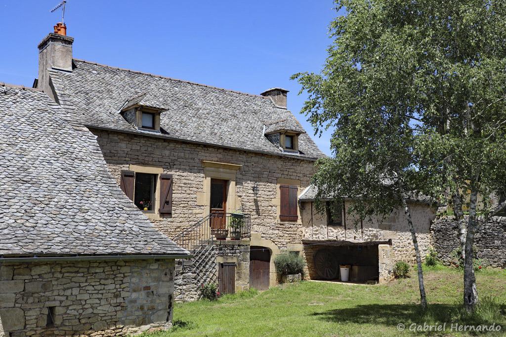 Bâtisse ancienne, sur l'éperon rocheux (Trou de Bozouls, Aveyron, juillet 2021)
