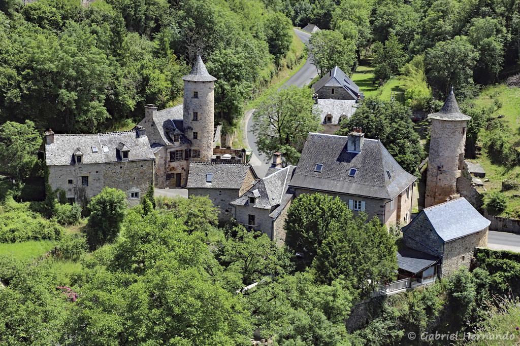 Partie basse du village, avec les deux tours médiévales, vues de l'éperon rocheux (Trou de Bozouls, Aveyron, juillet 2021)