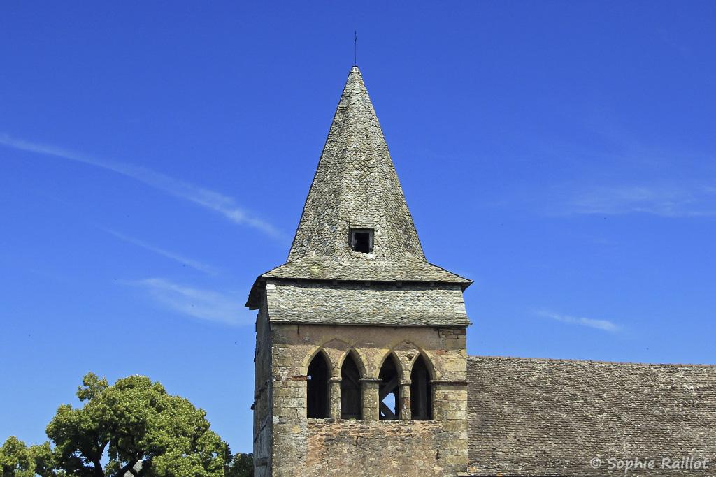 Clocher de l'église romane Sainte-Fauste de Bozouls (Aveyron, juillet 2021)