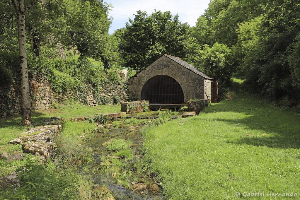 Résurgence de la rivière souterraine Alrance, affluant du Dourdou (Bozouls, Aveyron, juillet 2021)