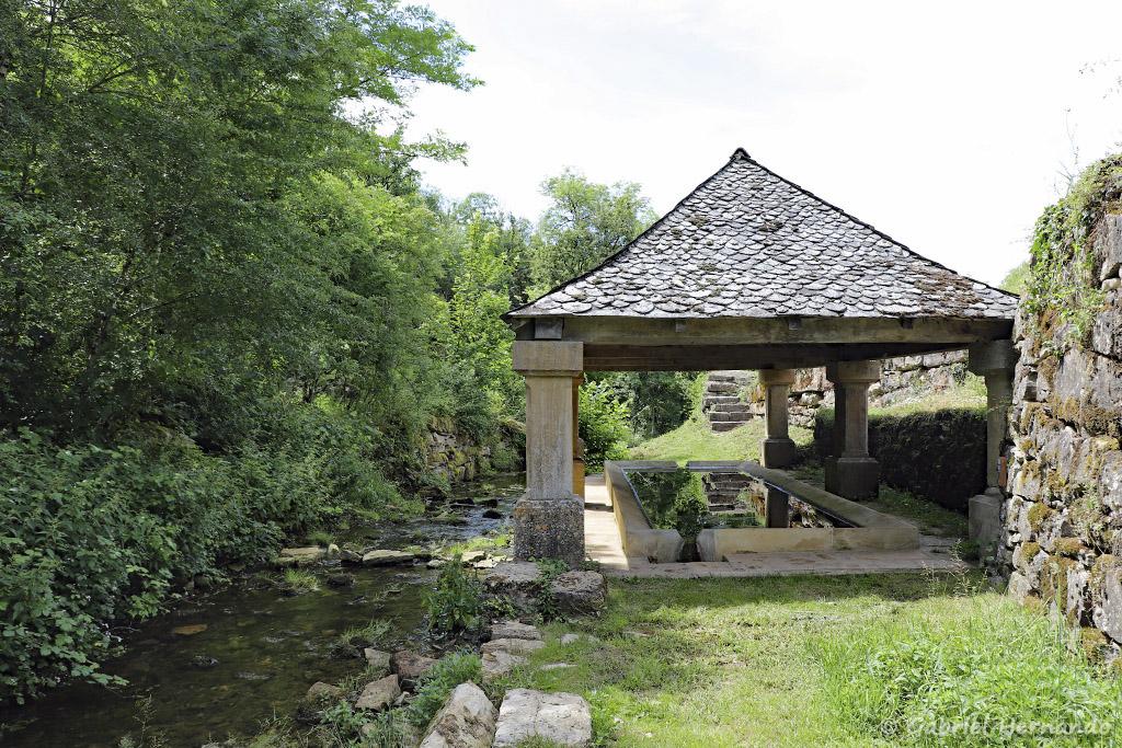 Rivière Alrance et le lavoir (Bozouls, Aveyron, juillet2021)