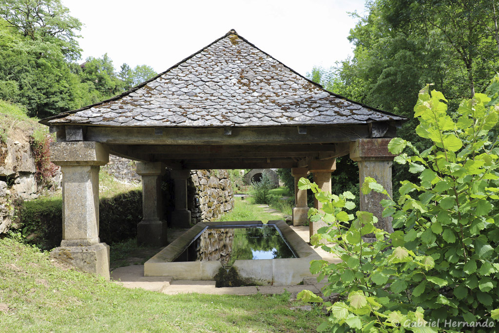 Le lavoir, sur le bord de la rivière Alrance (Bozouls, Aveyron, juillet2021)