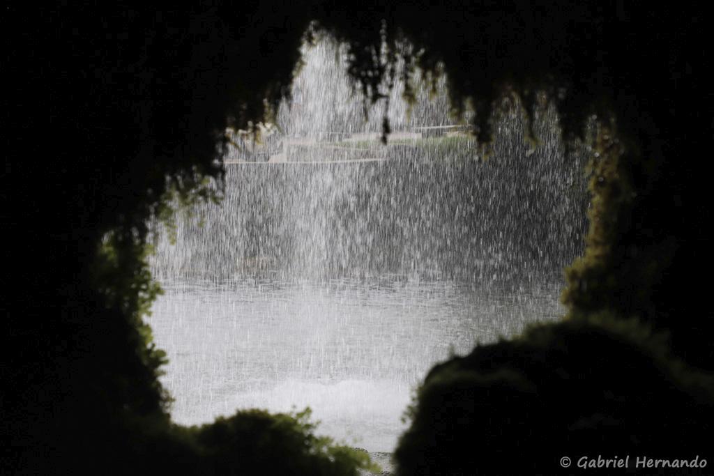 Le rideau d'eau de la cascade, au travers un ouverture de la grotte (Salles-La Source, juillet 2021)