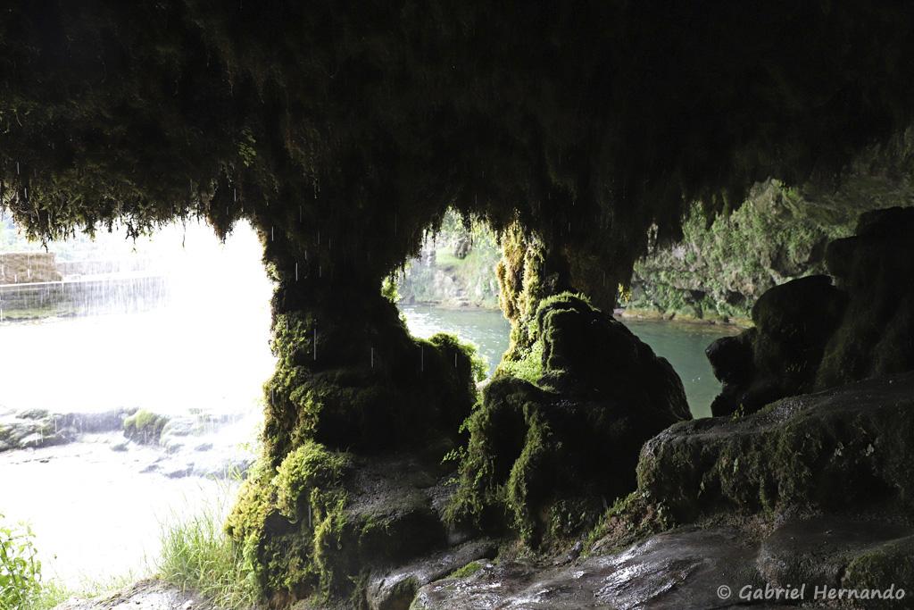 La cascade vue de l'intérieur de la grotte Cavité, située au pied de la cascade (Salles-La Source, juillet 2021)