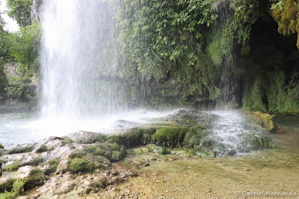 Cascade de Salles-La-Source et la grotte située derrière le rideau d'eau (juillet 2021)