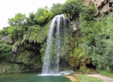 Cascade de Salles-La-Source et son bassin d'eau (juillet 2021)